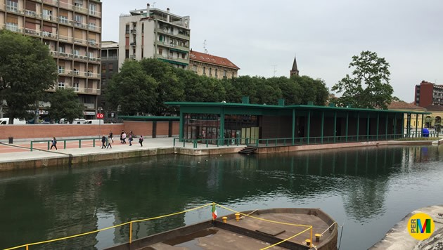 Il mercato comunale visto dalle sponde