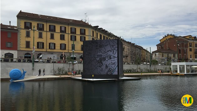Oltre agli eventi, lo schermo richiama immagini della vecchia Milano